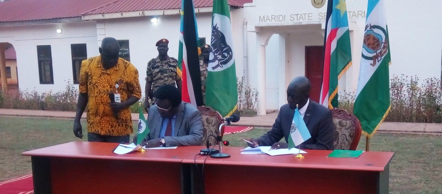 Maridi governor Africano Mande (R) and Jubek governor Augustino Jadallah (L) signing twinning agreement in Maridi town on 17 January, 2020 (Radio Tamazuj)