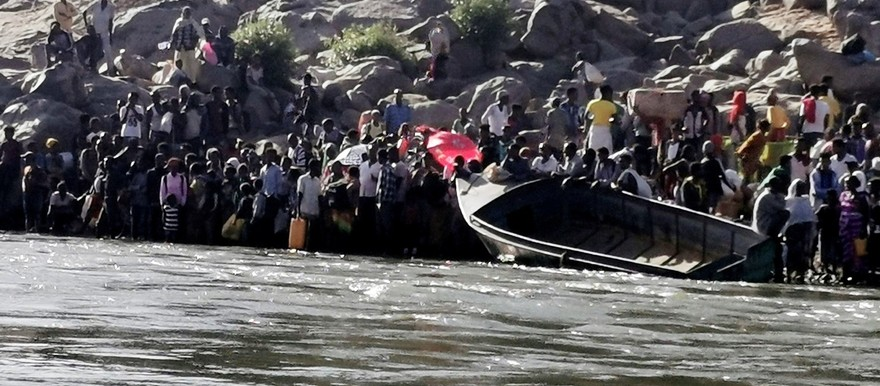 Ethiopians who fled the ongoing fighting in Tigray region prepare to cross the Setit River on the Sudan-Ethiopia border in Hamdait village in eastern Kassala state, Sudan, Nov. 14, 2020. [Photo: Reuters]