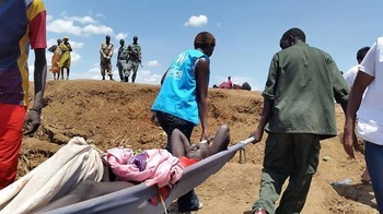 File photo: UNHCR staff in western Ethiopia help move a wounded South Sudanese refugee, who fled across the Baro River to escape the violence. (UNHCR/L.Godinho)