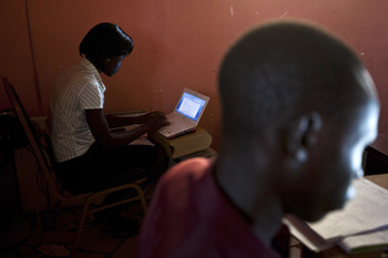 "File photo: Two reporters at ""The Citizen"" newspaper work at their desks in Juba, South Sudan, 18 June 2012/REUTERS"