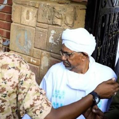 الرئيس السوداني المخلوع يظهر أمام النيابة في أول ظهور له منذ عزله